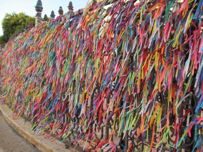 Milhares de fitas amarradas nos portões