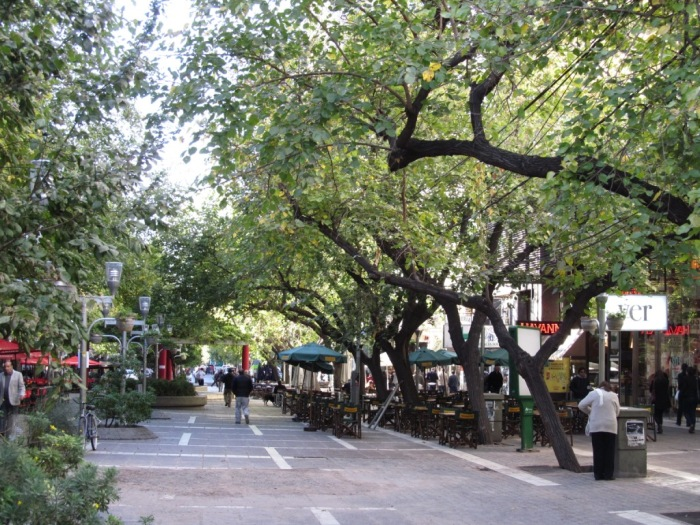 Centro de Mendoza recheado de cafés com mesinhas nas calçadas, um charme