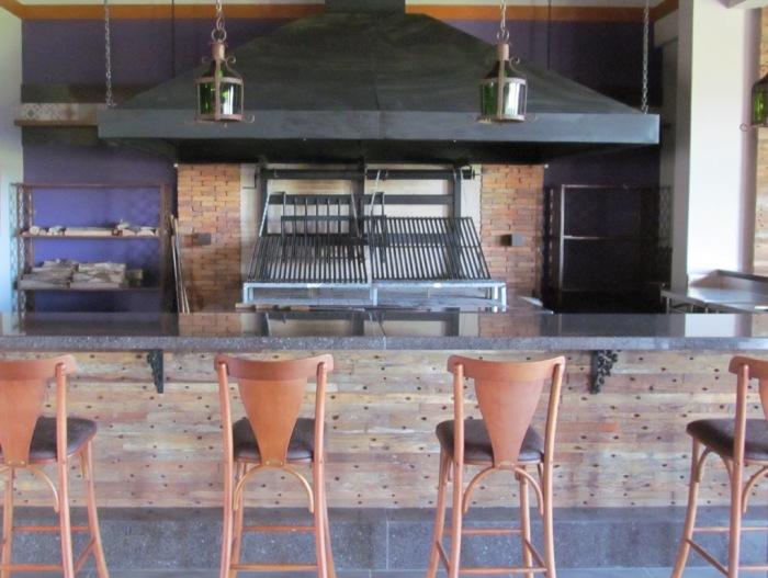 O restaurante com espaço para o preparo do churrasco