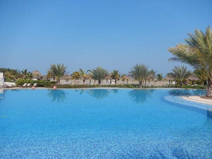 Piscina com vista para praia no hotel