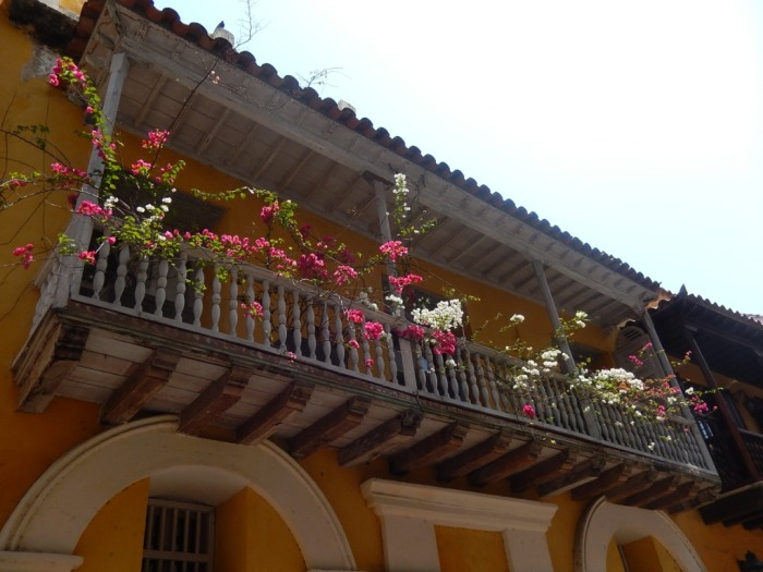 Repare nas sacadas das casas de Cartagena