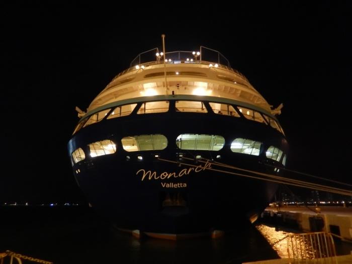 Todos os sábados, acontece embarque e desembarque de passageiros no navio Monarch em Cartagena