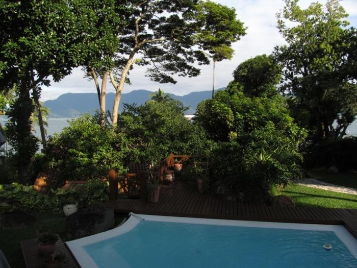 A piscina com temperatura ambiente também tem vista para a praia