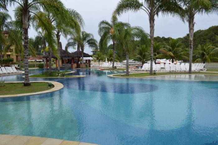 Na área da piscina há bar e estação de petiscos