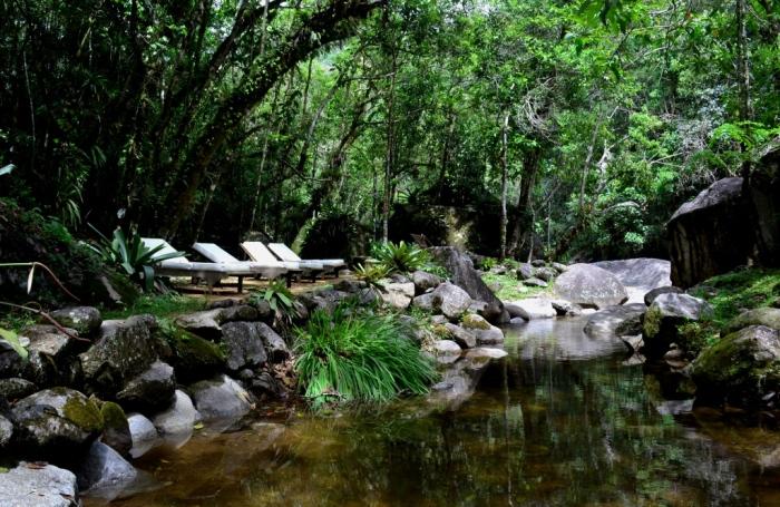 O Rio Preto passa por dentro da pousada