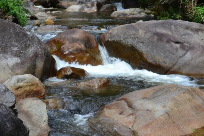 Quedas d´água e três piscinas naturais formadas na pousada pelo rio