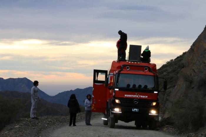 Passageiros subindo no caminhão