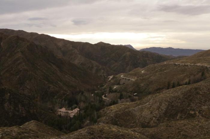 A construção à esquerda da foto é o hotel Villavicencio
