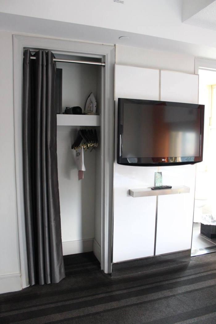 Espaço da TV e pequeno armário
