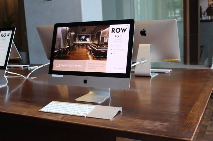 Área com computadores para os hóspedes