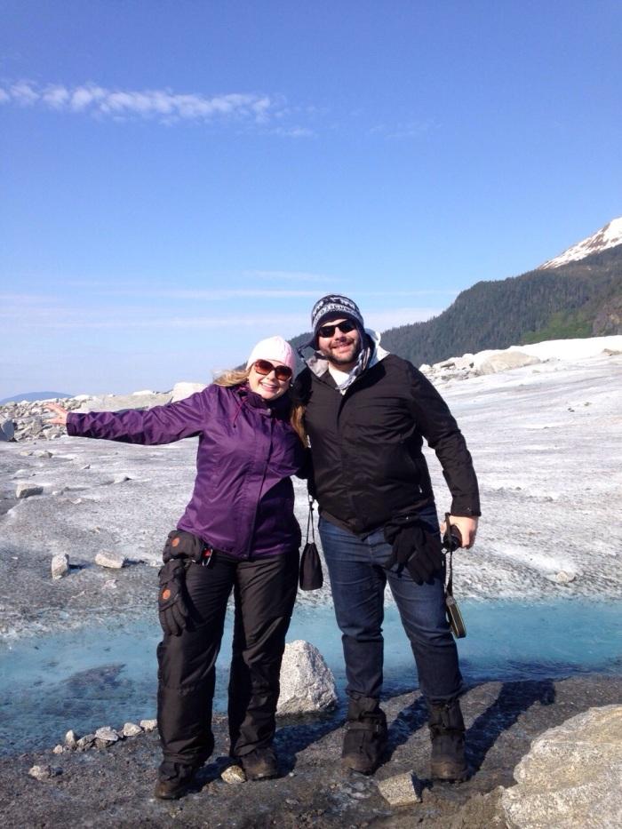 No meio da geleira Mendenhall no Alasca