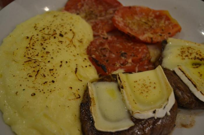 Mignon Grelhado com Queijo Brie e Azeite Trufado acompanhados de purê de batatas e tomate assado