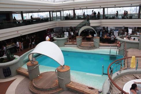 MSC_Os hóspedes podem desfrutar da piscina coberta'