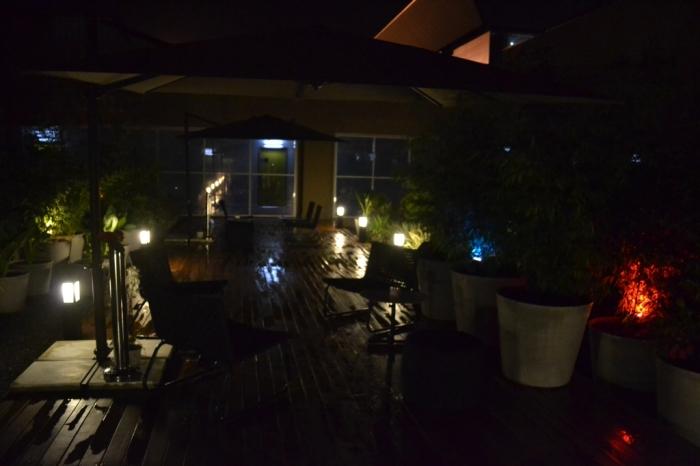 A foto está escura, mas esta é a área aberta, que dá para fumar