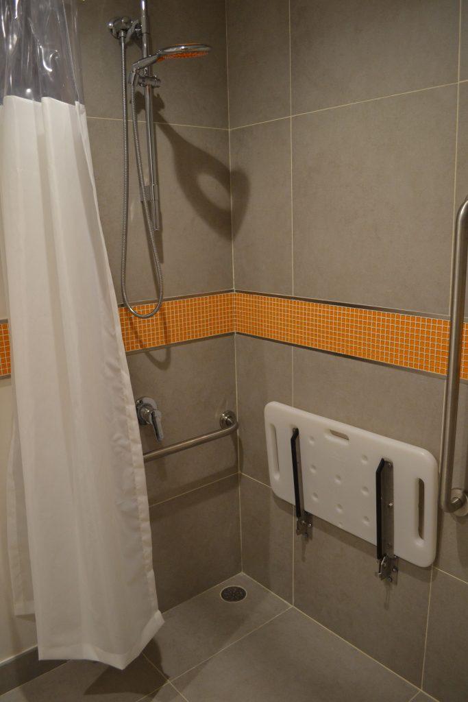 Banheiro de quarto para espaço adaptado para Portadores de Necessidades Especiais