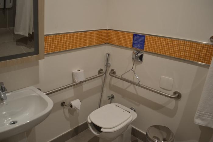 Os banheiros para PNE são completamente equipados